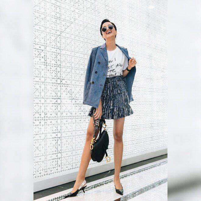 Ngoài Hari Won, rất nhiều sao Việt cũng yêu thích giày thuộc dòng J'adior, tuy nhiên, hầu hết mọi người đều chọn kiểu đế thấp hơn, không mang họa tiết chấm bi.
