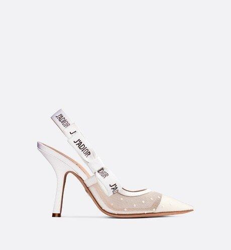 Phom dáng basic, thiết kế tao nhã và mang nhiều gam màu phù hợp sở thích người mang là kí do khiến đôi giày này được yêu thích.