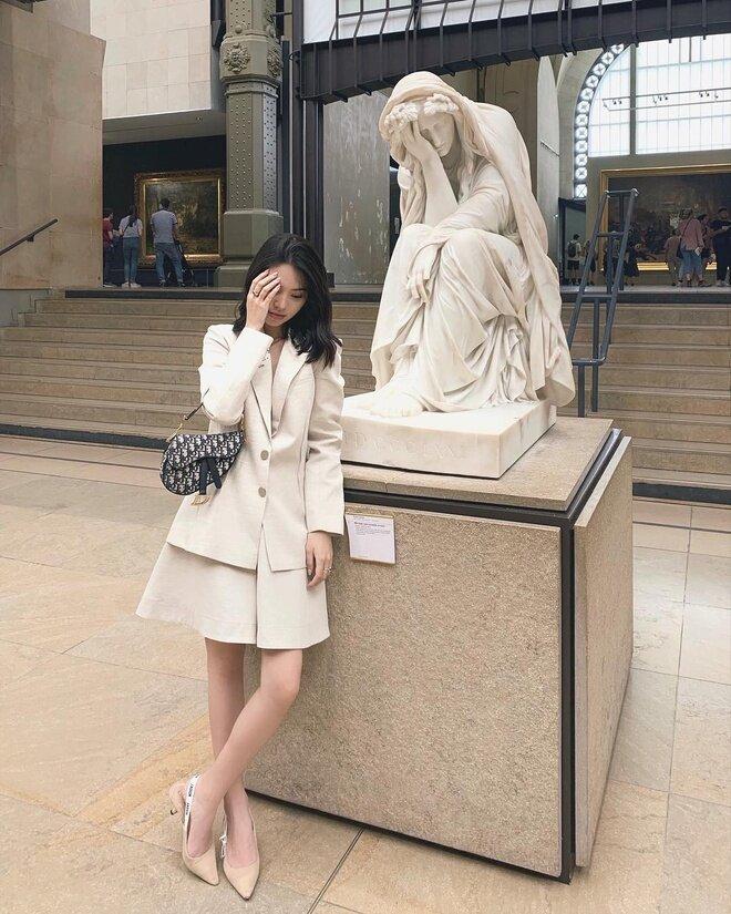 Jolie Nguyễn chọn tông màu nuy nhã nhặn, hợp tông từ giày đến trang phục.