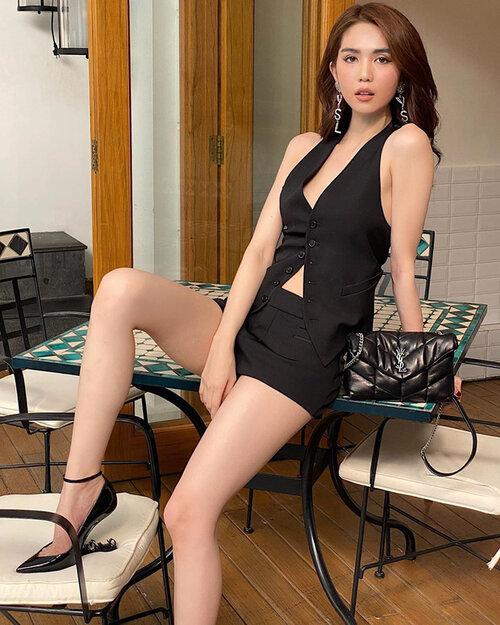 Cô nàng phối cùng bộ ba giày, hoa tai và túi xách của YSL, tạo thành một thể thống nhất.