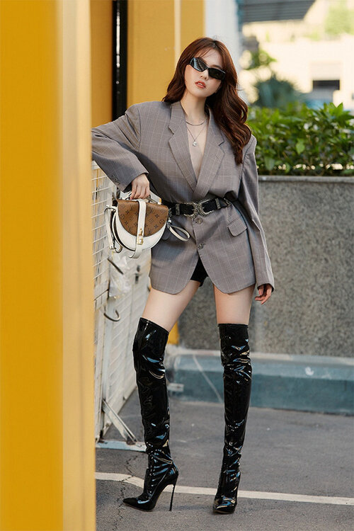 Cũng từng có lần người đẹp thử nghiệm áo vest theo phom dáng rộng, khi ấy cách mix cùng boots da bóng làm tăng độ gợi cảm cho chân dài.