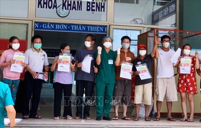 Các bệnh nhân mắc COVID-19 điều trị tại Bệnh viện dã chiến Hòa Vang được xuất viện. Ảnh: TTXVN phát