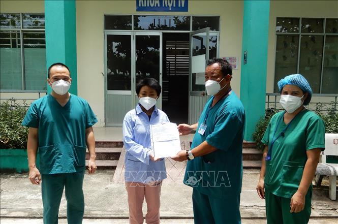 Đại diện lãnh đạo Bệnh viện Phổi Đà Nẵng trao giấy xuất viện cho bệnh nhân. Ảnh: TTXVN phát