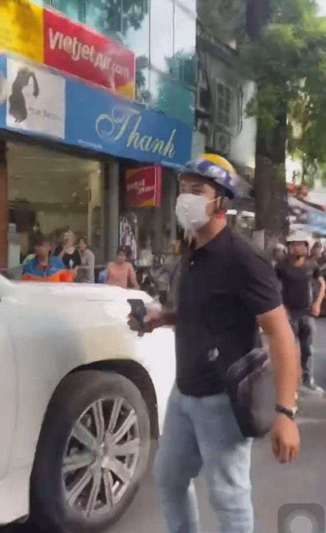 Chàng trai chạy xe ôm chiếm trọn spotlight trong clip đánh ghen trên phố Lý Nam Đế: 'Chị vợ nhờ mình vượt lên chặn đầu xe LX 570 và quay lại sự việc' 2