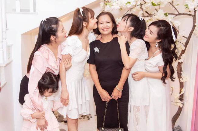 Chị em gái nhà Nhã Phương chụp ảnh cùng mẹ khiến ai cũng xuýt xoa vì cả gia đình đều xinh đẹp