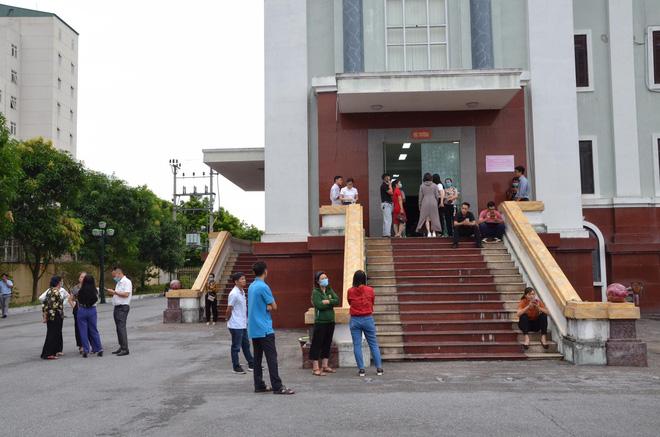 Nhiều người quan tâm đã có mặt tại sân TAND tỉnh Thái Bình (Ảnh: Hoàng An)