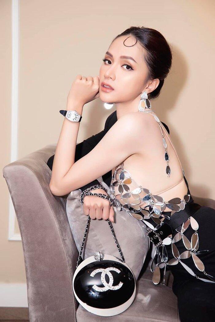 Trong ngăn tủ chứa đồng hồ của Hương Giang còn có chiếc Franck Muller Vanguard Lady Stain Steel & Daimond giá 350 triệu đồng, đây cũng là con cưng được cô nàng sử dụng nhiều lần.