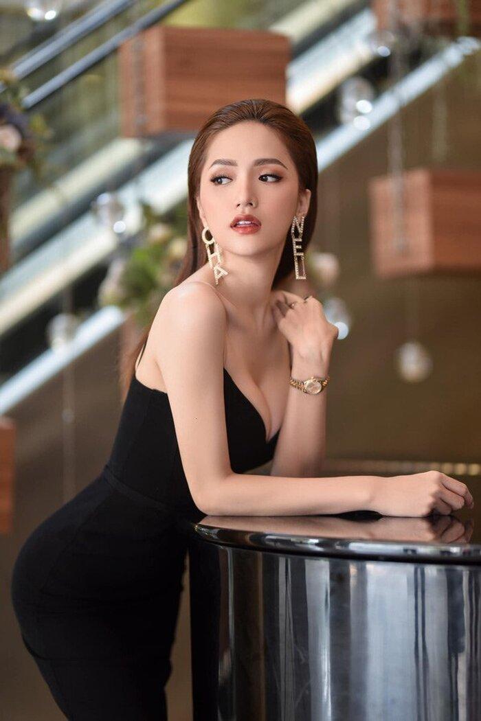 Với bộ váy đen đơn giản, combo hoa tai Chanel cùng đồng hồ Rolex Datejust giá hơn 300 triệu đồng theo tông vàng tạo thành điểm nhấn, thu hút ánh nhìn.
