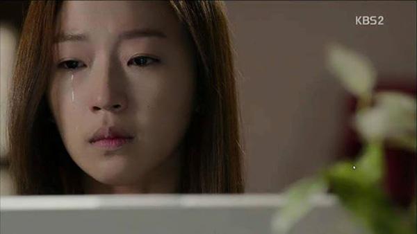 Kang So Young bật khóc sau khi Eun Bi đứng dậy chống trả lại.