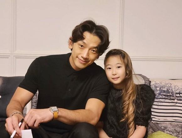Kim Tae Hee và Bi Rain bị chê già nua so với những hình ảnh quảng cáo.