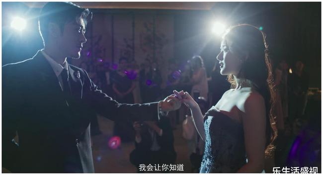 Triệu Lộ Tư lộ cánh tay to khi quay cảnh mặc đầm dạ hội.