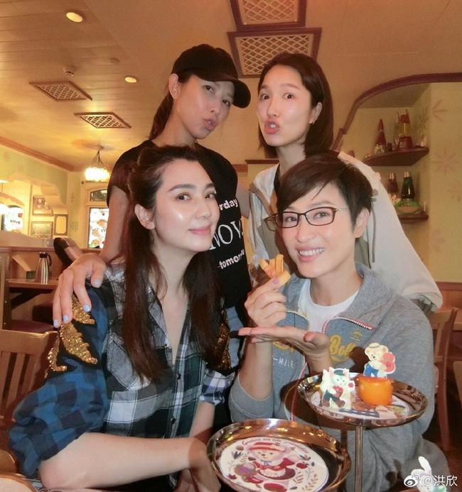 Hồng Hân đưa 2 con đi chơi cùng hội bạn thân nhưng Trương Đan Phong không hề có mặt.