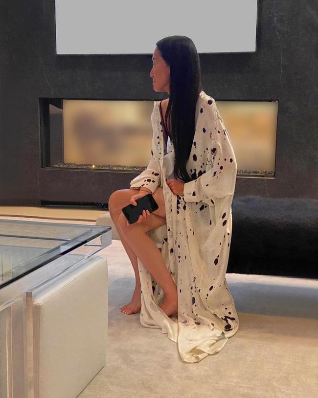 Trên trang cá nhân, NTK Vera Wang diện một chiếc áo khoác ngủ khoe đôi chân nuột nà thần thánh kèm dòng trạng thái: 'Theo dõi Emmy Awards ngay tại nhà'.