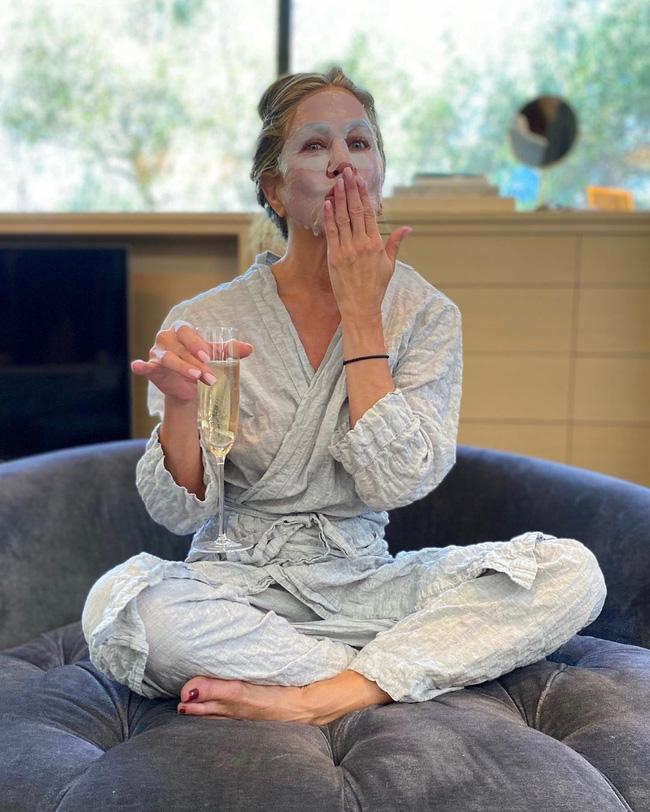 Jennifer Aniston đắp mặt nạ, mặc pijama: 'Emmy được chuẩn bị cùng chiếc mặt nạ'.