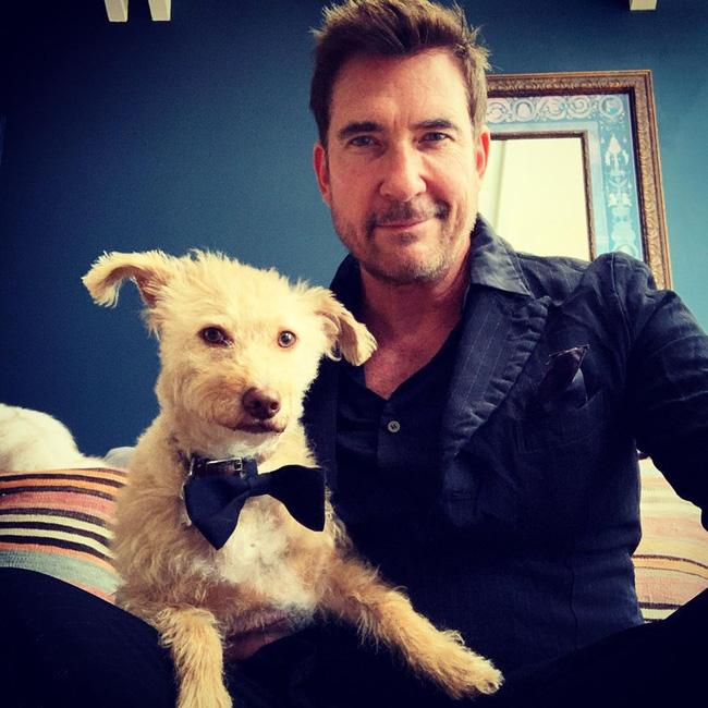 Dylan McDermott tạo dáng bên cạnh cún cưng.