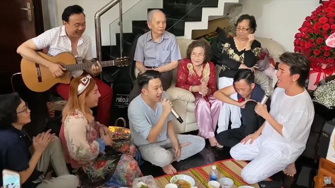 Hoài Linh ngủ gật khi mọi người đang hát