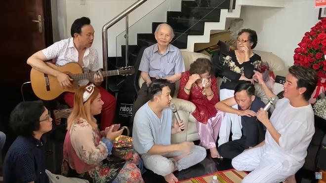 Mẹ Hoài Linh bật khóc trước các con