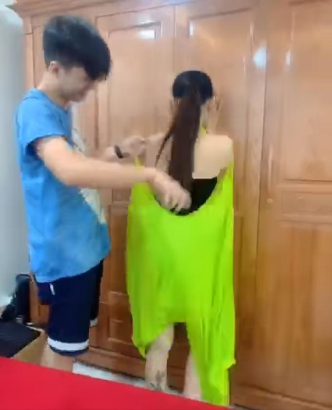 Lâm Khánh Chi xé hư đầm mới mua vì không biết mặc, ông xã cũng toát mồ hôi hột khi trợ giúp 3