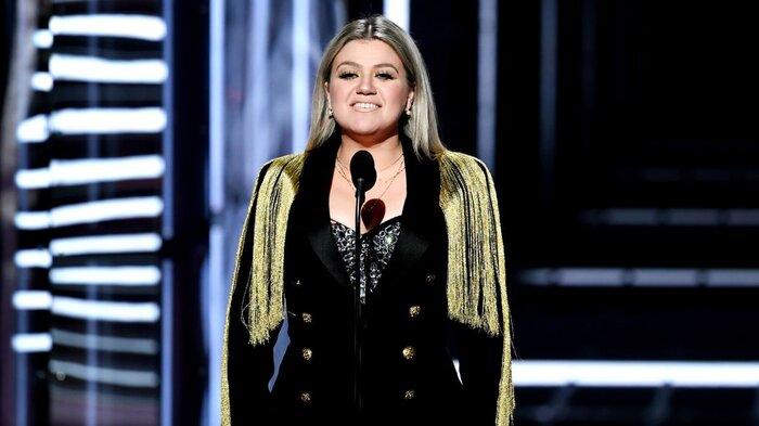 Kelly Clarkson - chủ nhân bản hit 'Stronger', 'Mr.Know It All' sẽ chủ trì đêm trao giải năm nay.
