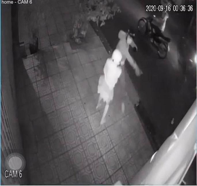 Cô gái bị nhóm cướp trên đạp ngã xe rồi dùng dao tấn công, cướp đi xe máy rạng sáng 16-9.