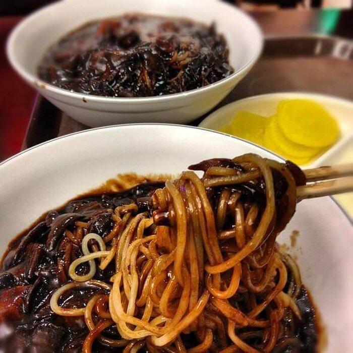 Mỳ tương đen cũng là một trong những món ăn bị cấm đối với các thần tượng Hàn Quốc vì chứa nhiều chất béo
