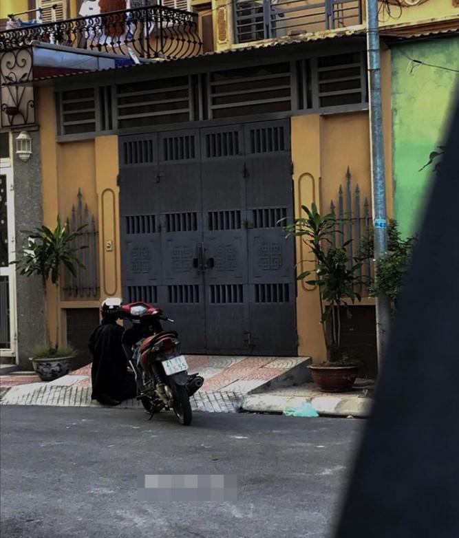 Hình ảnh chàng trai đứng trước nhà cô gái để tỏ tình nhưng bị từ chối.