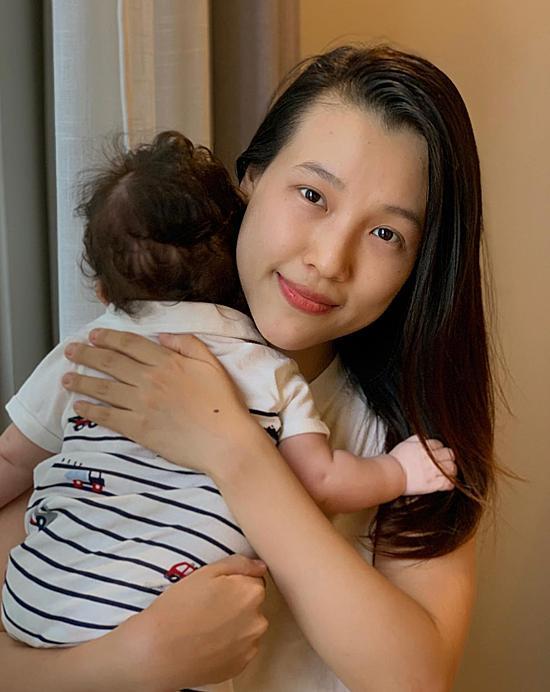 Hoàng Oanh quyết định ôm con sang Singapore thăm chồng vì anh vẫn chưa đủ điều kiện nhập cảnh Việt Nam