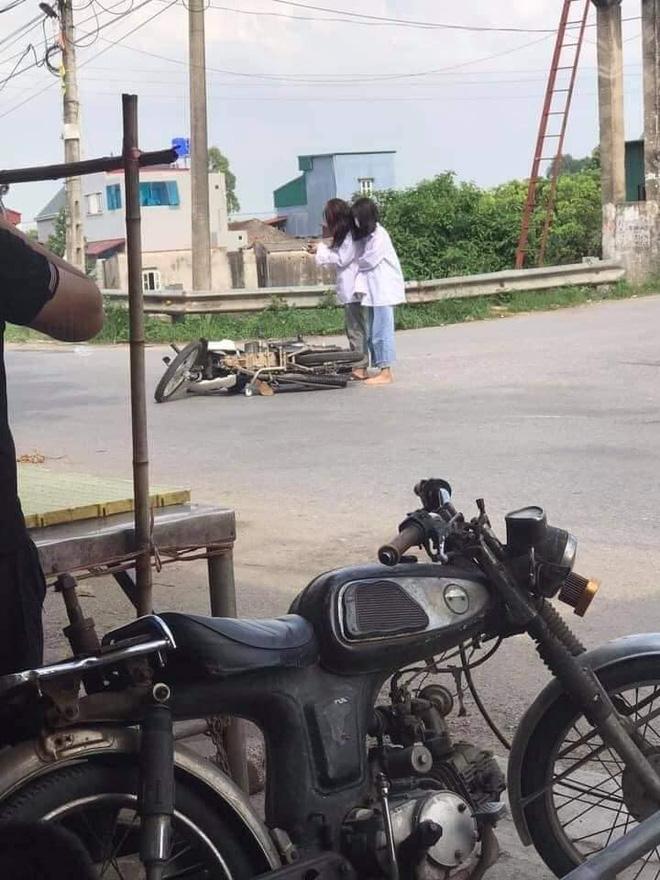 Ngã xe giữa đường, 2 nữ sinh đứng bật dậy và làm một hành động khiến người chứng kiến khó hiểu 0