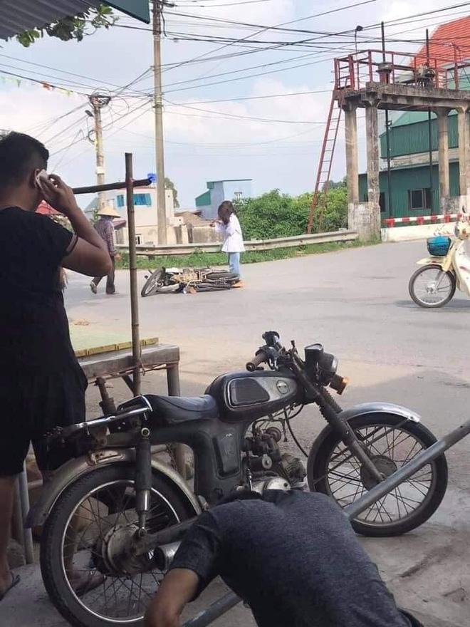 Sau tai nạn, 2 nữ sinh đứng bật dậy rồi lấy điện thoại ra chụp hình.