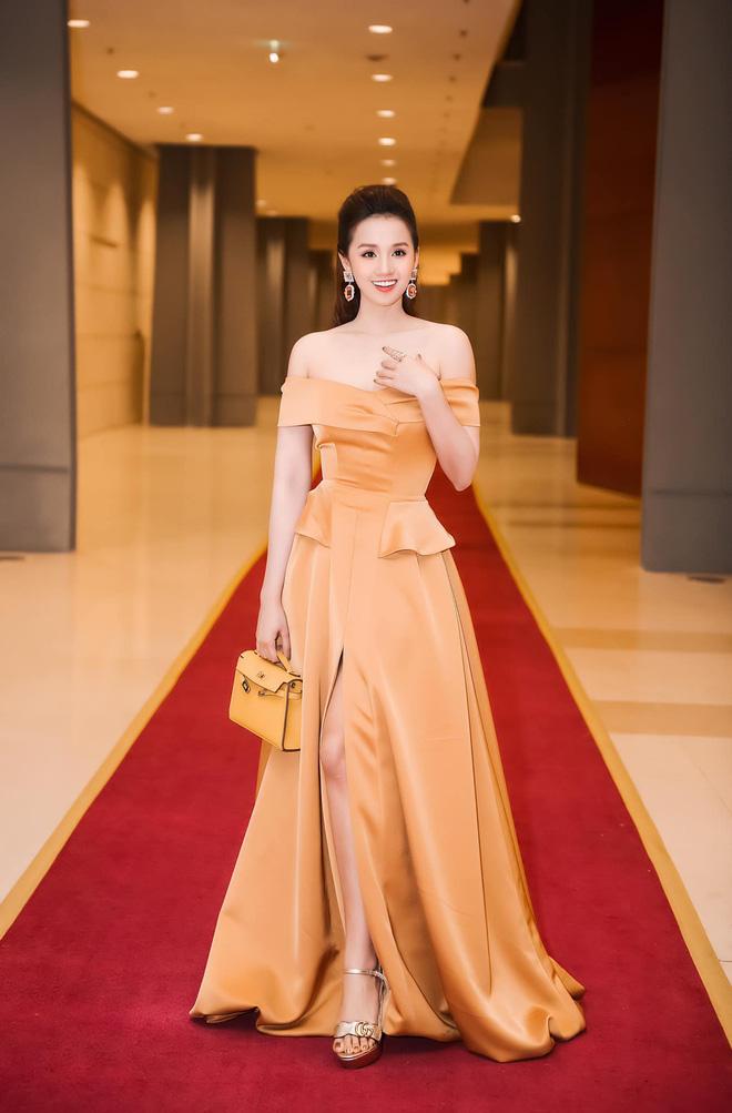 Lã Thanh Huyền chăm diện đồ hiệu đắt tiền.