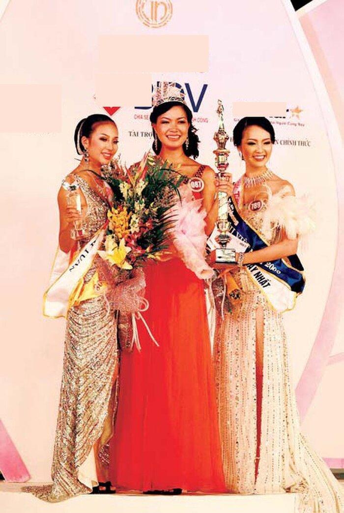 Hoa hậu Thùy Dung cũng chọn váy dáng suông giống 2 đàn chị trước đó.