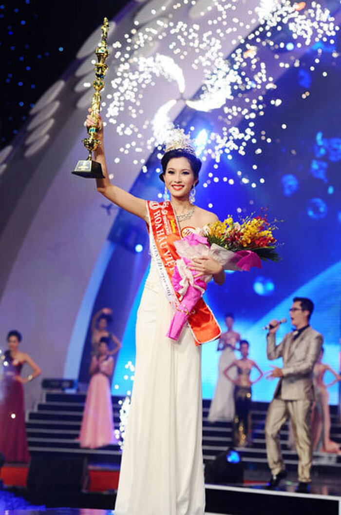 Hoa hậu Đặng Thu Thảo diện váy trắng thanh lịch sang trọng trong khoảnh khắc đăng quang Hoa hậu Việt Nam 2010.