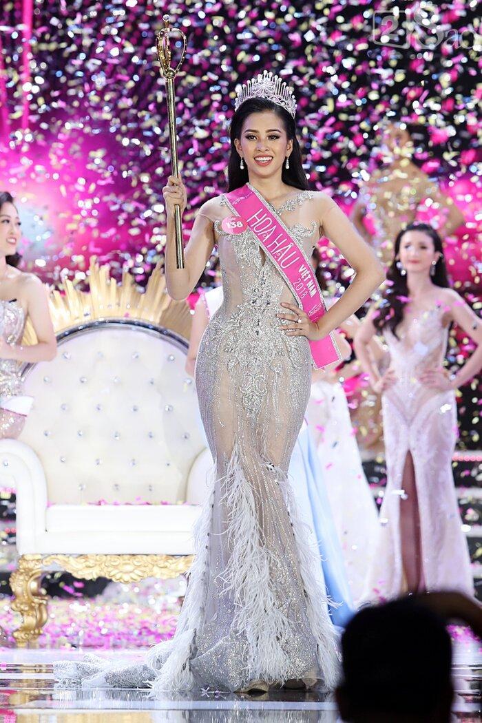 Sang năm 2018, Tiểu Vy cũng diện váy đuôi cá. Vì lẽ đó nhiều fan sắc đẹp đã hóm hỉnh cho rằng diện váy đuôi cá hay chí ít là diện váy không xẻ tà là xem như thí sinh đó đã gần hơn chiếc vương miện 1 bước.