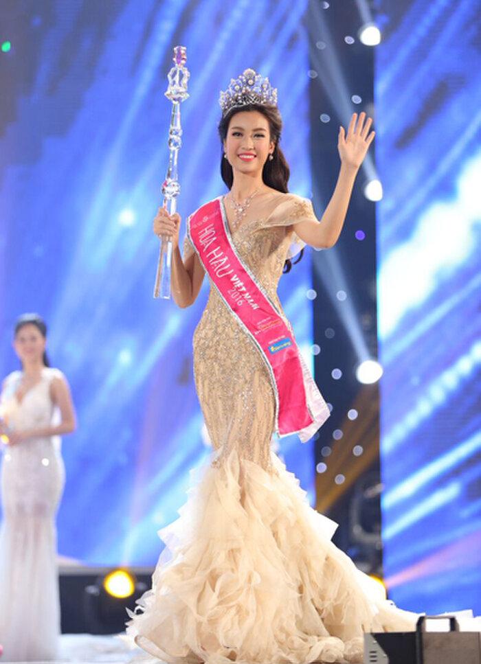 Từ năm 2016 váy đuôi cá bắt đầu thịnh hành ở đấu trường nhan sắc trong nước nên được diện nhiều hơn. Đỗ Mỹ Linh thướt tha như một nàng tiên cá thứ thiệt trong đêm đăng quang Hoa hậu Việt Nam 2016.