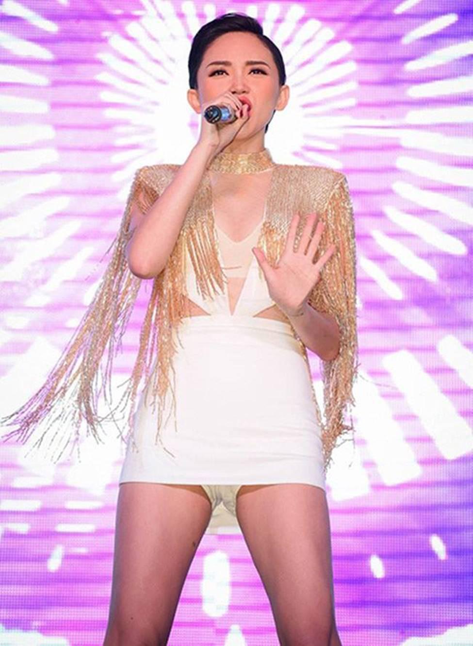 Đông Nhi và Tóc Tiên cũng khéo chọn quần màu trắng đồng màu với đầm ngắn bên ngoài, nhờ vậy mà trong nhiều góc máy 'hiểm hóc' thì hình ảnh của các nữ ca sĩ không bị lâm vào tình huống nhạy cảm.