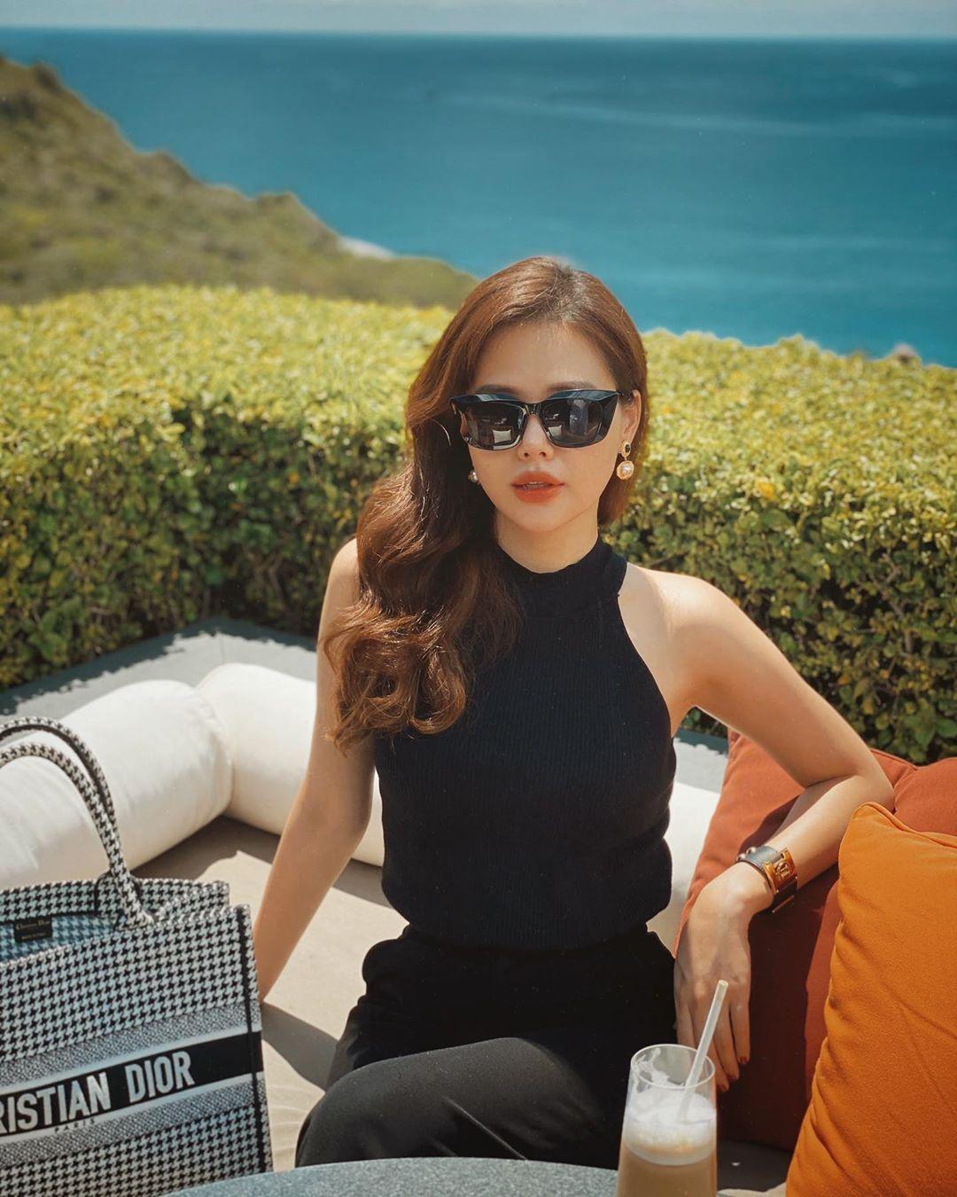Style của Phanh Lee ngày càng sành điệu, sang chảnh. Cô còn mang túi Dior Tote Bag có giá hơn 60 triệu