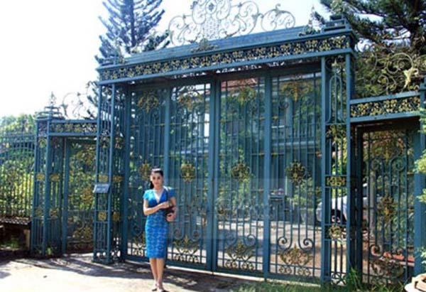 Trên thực tế, Lâm Khánh Chi vốn đã là con của một gia đình giàu có. Cha mẹ Lâm Khánh Chi làm trong lĩnh vực kinh doanh đồ cổ. Cha mẹ cô cũng sở hữu căn biệt thự có khuôn viên rộng 5.000 m2 được xây dựng cách đây 15 năm.