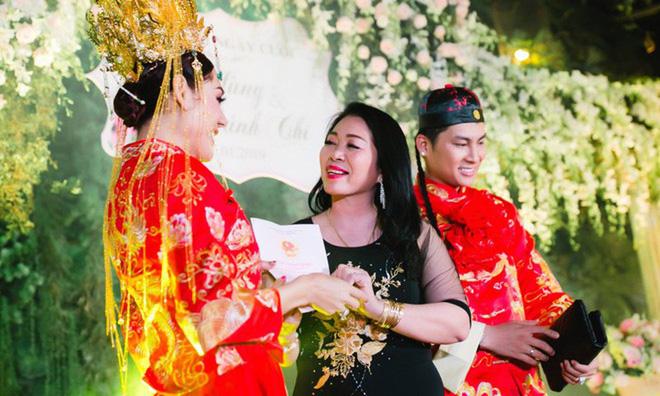 Trong lễ kỷ niệm 1 năm ngày cưới, Lâm Khánh Chi tiếp tục được mẹ chồng tặng giấy chứng nhận quyền sử dụng đất ở Vũng Tàu với diện tích 419m2.