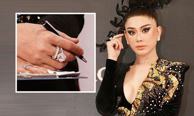 Có gia cảnh tốt nên Lâm Khánh Chi cũng không ngại chi tiền để làm đẹp. Trong chương trình Gương mặt mới 2020, Lâm Khánh Chi từng khoe chiếc nhẫn kim cương cỡ lớn có giá tới 50 tỷ đồng.