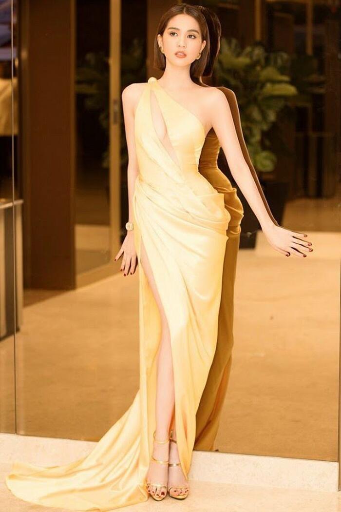 Đôi chân nuột nà được tôn lên hết mức trong những mẫu váy xẻ tít tắp.