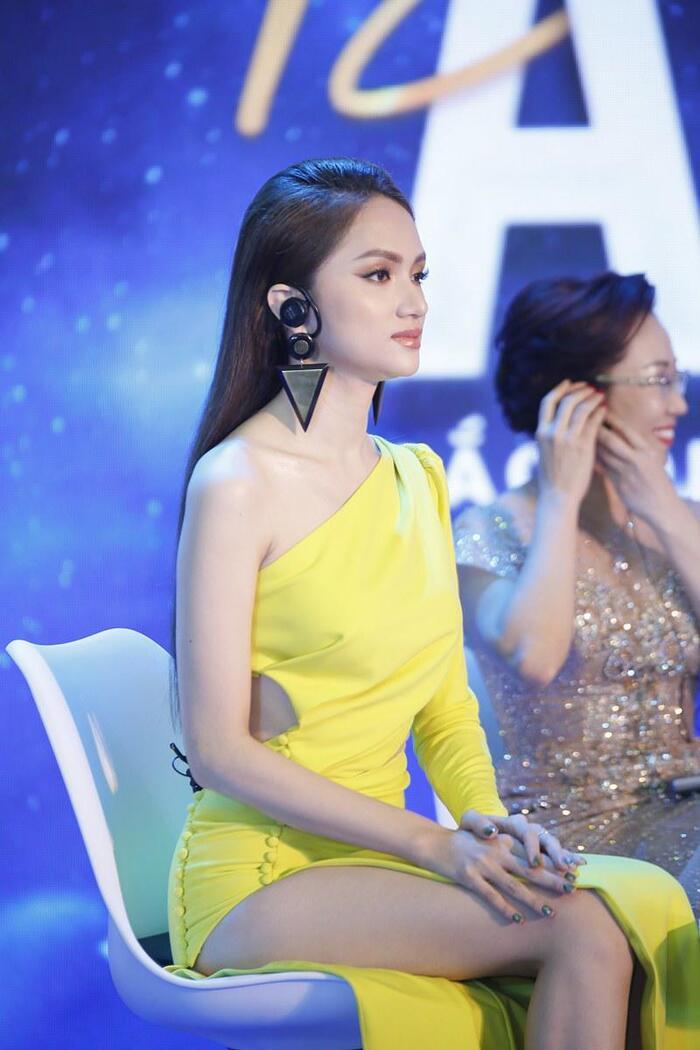 Hương Giang cũng chẳng hề kém cạnh người chị trong khoản ăn diện.