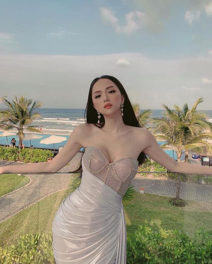 Khi khác lại biến hóa với váy cúp ngực lấp lánh.
