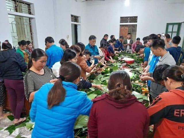 Đông đảo người dân tình nguyện đóng góp vật chất và gói bánh chưng gửi tới đồng bào Miền trung