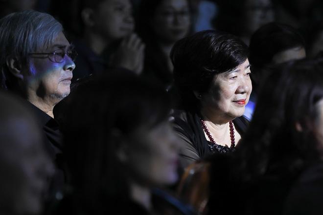 Bố mẹ Quang Hà lặng lẽ quan sát con trai từ dưới khán đài.
