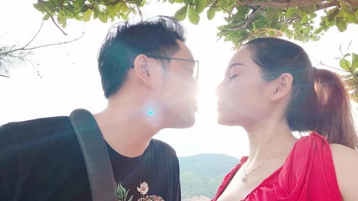 Vì các con chào đời vào ngày 21/10 nên Sara Lưu hài hước cho rằng 20/10 vừa qua là ngày cuối cùng vợ chồng cô còn được là 'vợ chồng son'