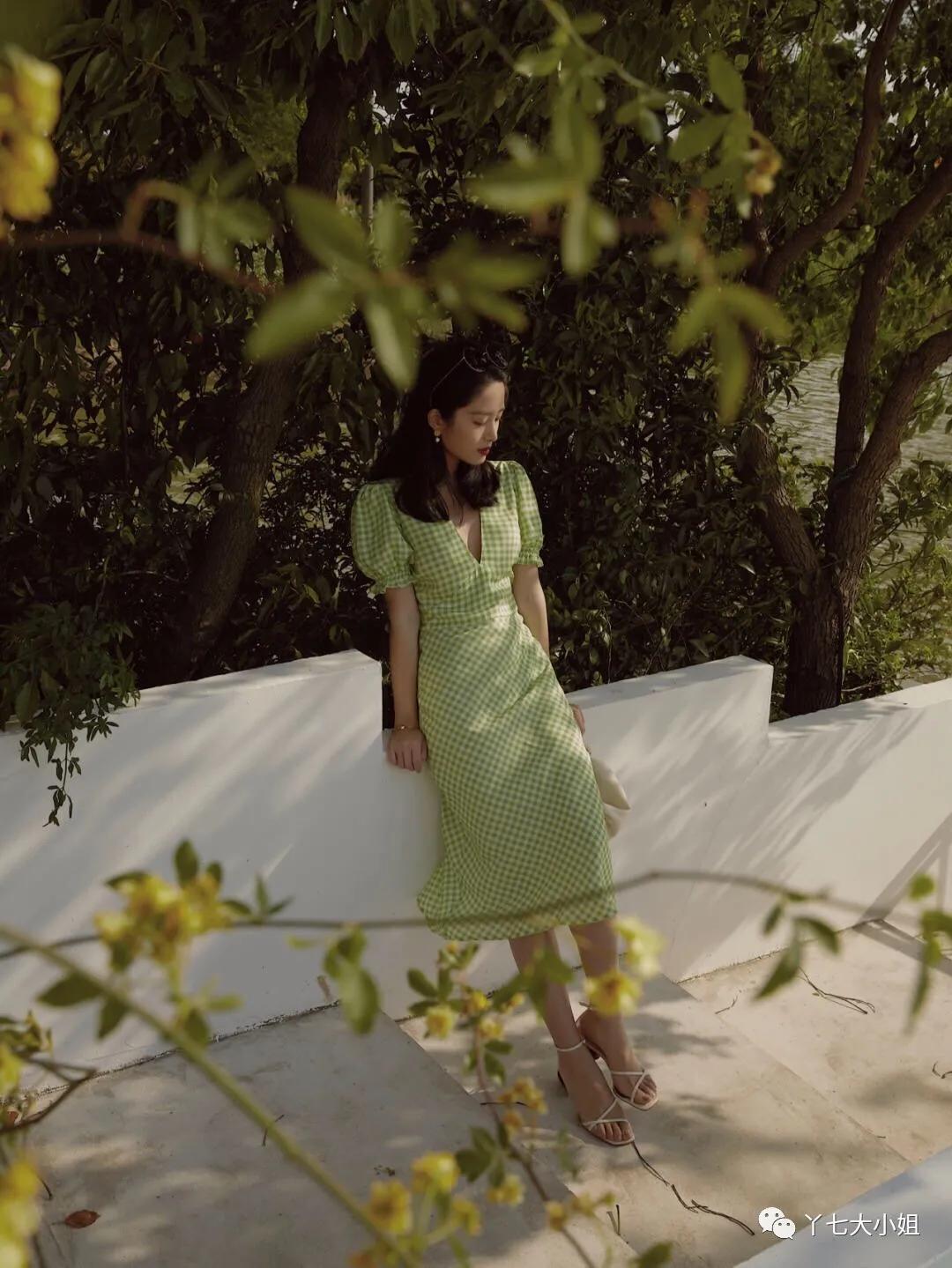 Chỉ cần diện 1 chiếc váy liền kẻ sọc với sandal gót thô là bạn đã có style kiêu kỳ sang chảnh chuẩn gái Pháp