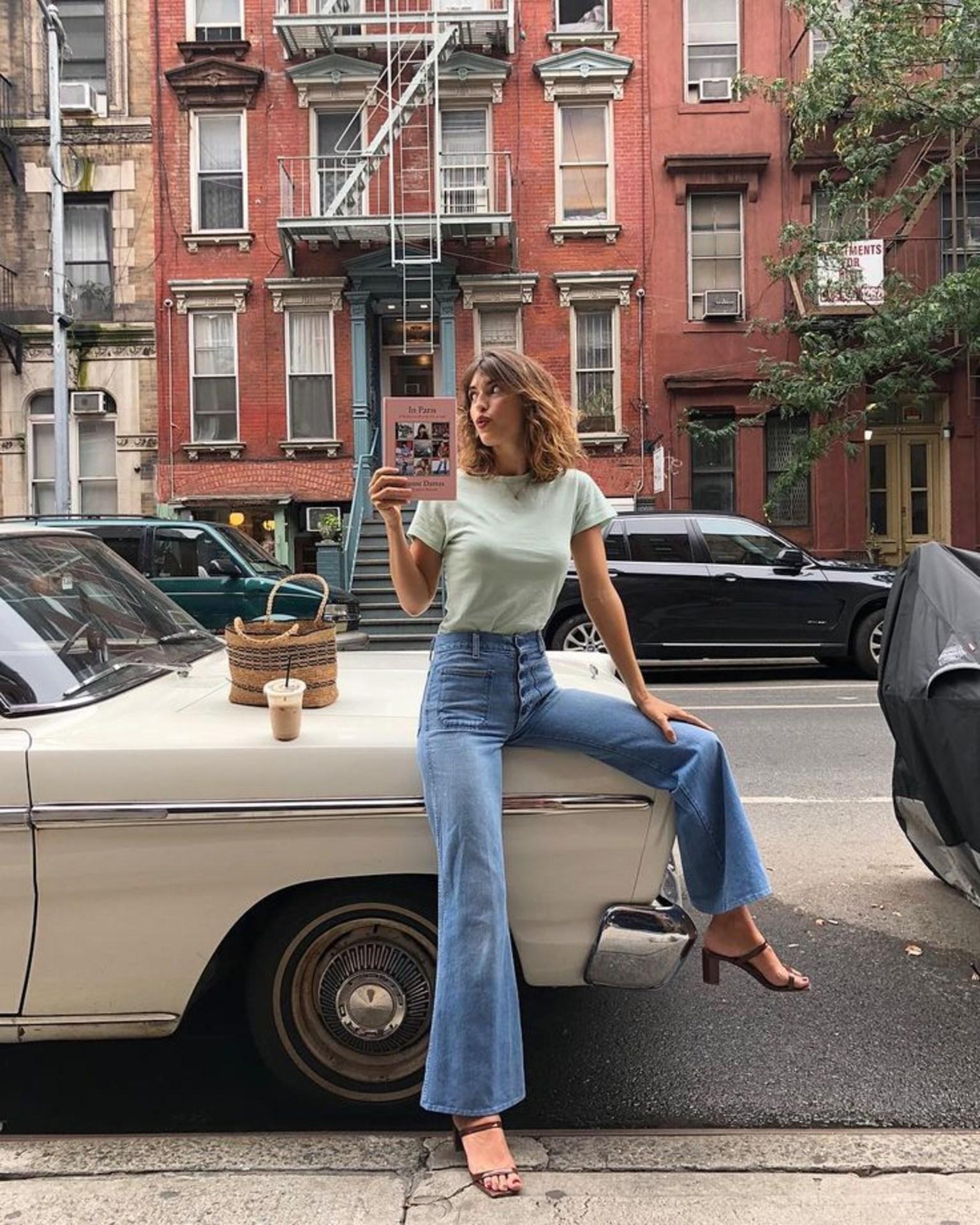 Nàng nào muốn hack dáng triệt để thì phải thuộc lòng công thức áo phông + quần jeans ống loe, diện lên còn sexy, thời thượng và tôn chân dài hết nấc, một đôi sandal gót thô sẽ là mảnh ghép hoàn hảo giúp diện mạo của bạn thêm bội phần thu hút