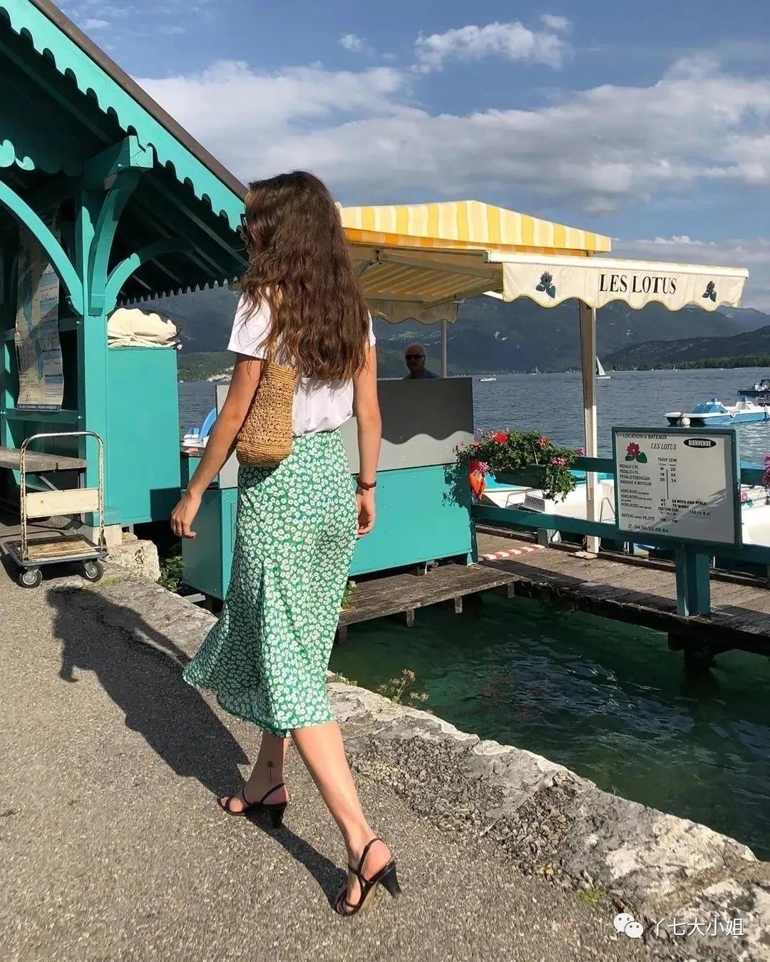 Với công thức 'đơn giản hết cỡ' gồm áo thun trắng + chân váy hoa nhí và sandal gót thô là các nàng trông đã thật trẻ trung, xinh tươi và tất nhiên, độ sành điệu là không thể phủ nhận thêm 1 chiếc túi cói nữa là nàng nào nàng nấy trông cũng như fashionista thứ thiệt