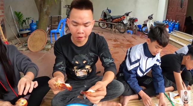 Vừa ăn vừa khen là đặc trưng của vlog bà Tân rồi.