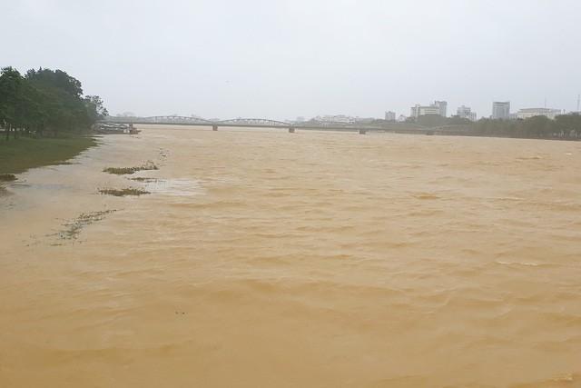 Dòng sông Hương cuồn cuộn sóng, nước đỏ ngầu.